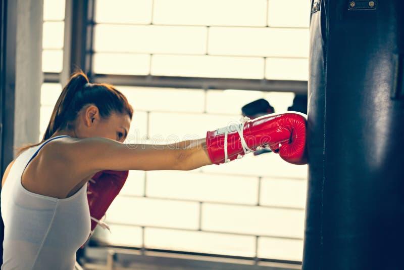 Żeński bokser Przy szkoleniem obrazy stock