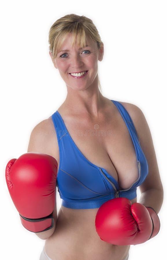Żeński bokser w sport czerwieni i stanika rękawiczkach obraz stock