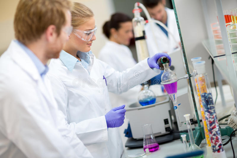 Żeński chemiczny technik w laboratorium obrazy royalty free
