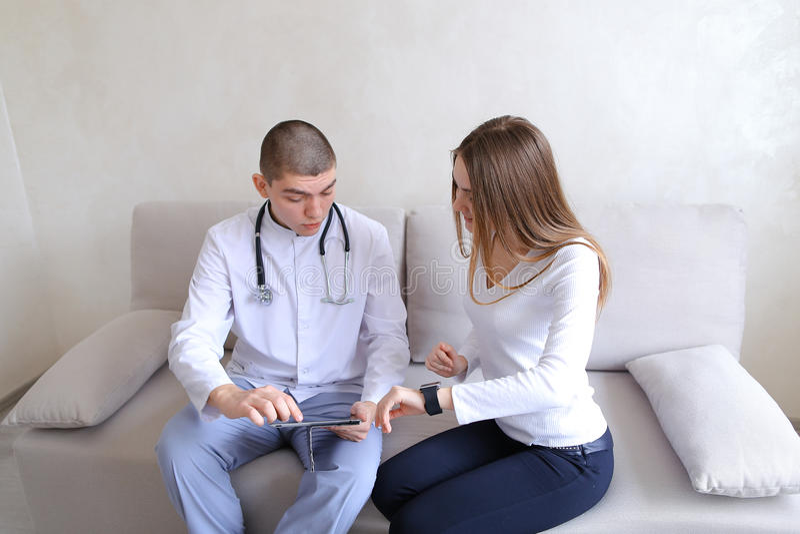 Żeński cierpliwy dziewczyny i samiec doktorski osteopath z gadżetami Solv fotografia stock
