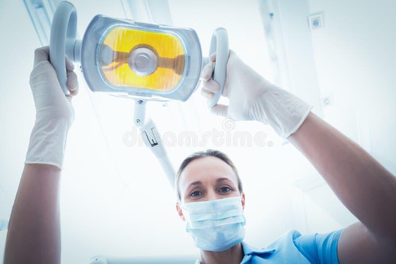 Żeński dentysta przystosowywa światło zdjęcia stock