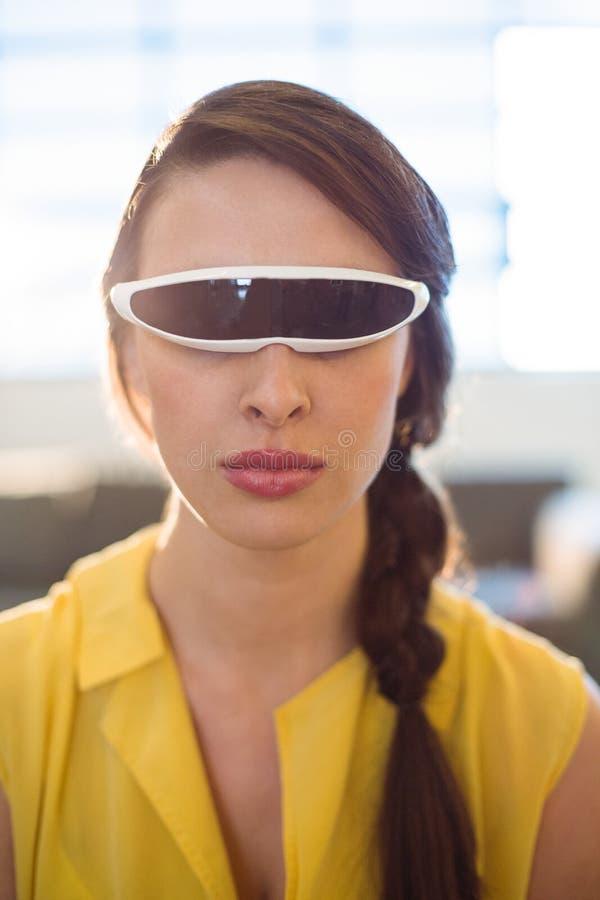 Żeński dyrektor wykonawczy używa rzeczywistości wirtualnej wideo szkła obraz stock