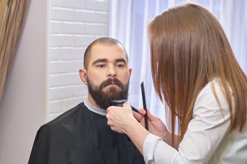 Żeński fryzjer męski i jej klient zdjęcie stock