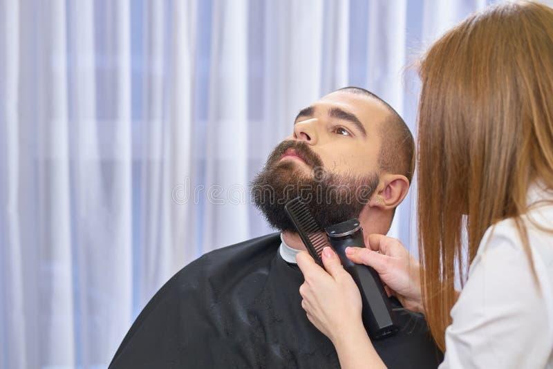 Żeński fryzjer męski przygotowywa brodę obrazy stock