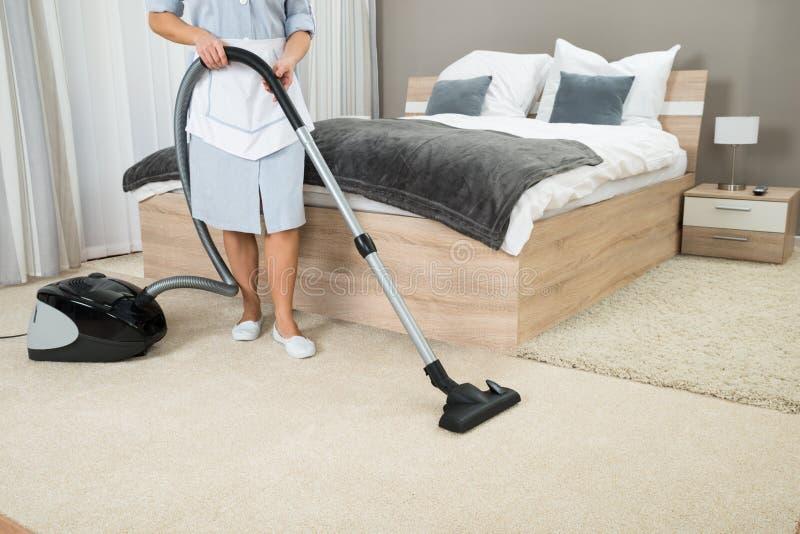 Żeński gospodyni cleaning z próżniowym cleaner zdjęcia royalty free