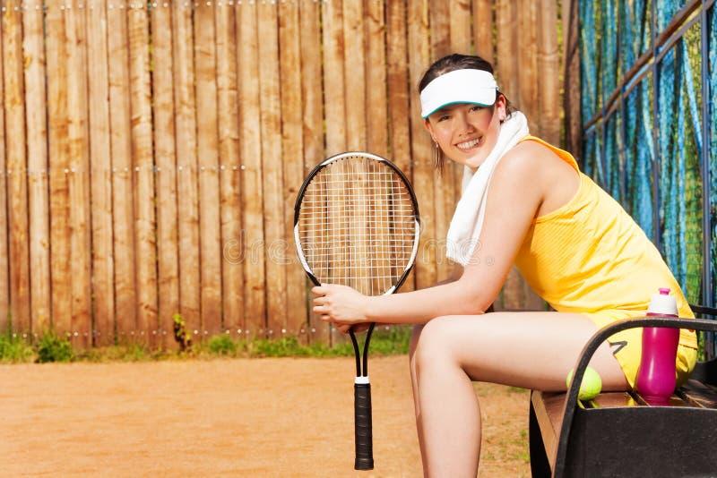Żeński gracz w tenisa ma odpoczynek po gry zdjęcia stock