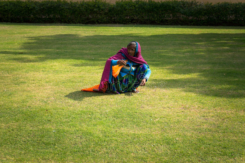 Żeński Indiański sąsiek ręki gazon z zieloną trawą Ciężka praca biedni ludzie w India zdjęcie stock