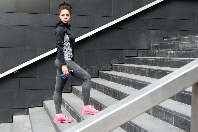 Żeński jogger odpoczywa podczas szkolenia obrazy royalty free