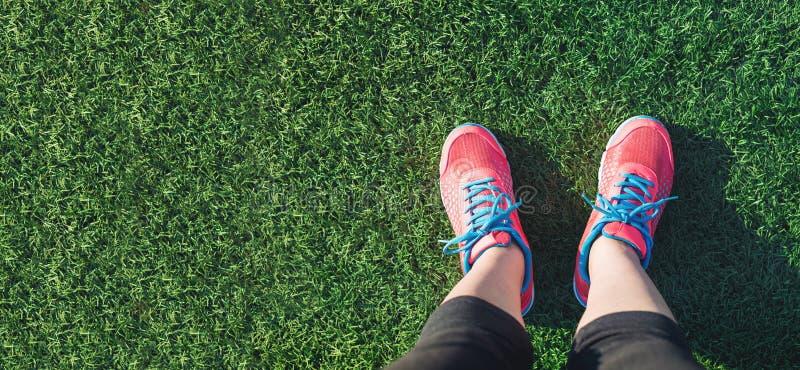 Żeński jogger patrzeje w dół przy jej ciekami obraz stock