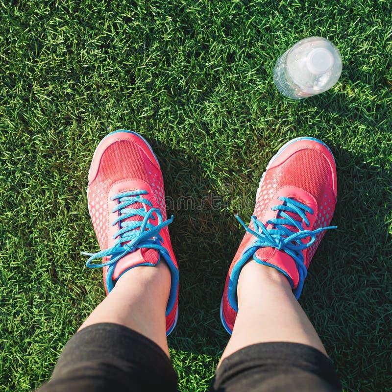 Żeński jogger patrzeje w dół przy jej ciekami zdjęcia stock