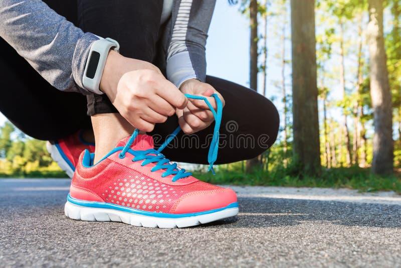 Żeński jogger wiąże ona buty zdjęcia stock