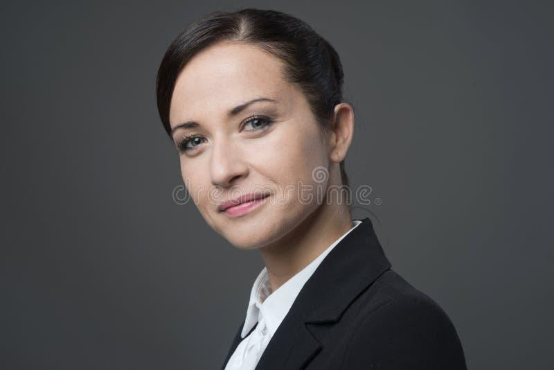 Żeński kierownika portret ono uśmiecha się przy kamerą zdjęcie royalty free