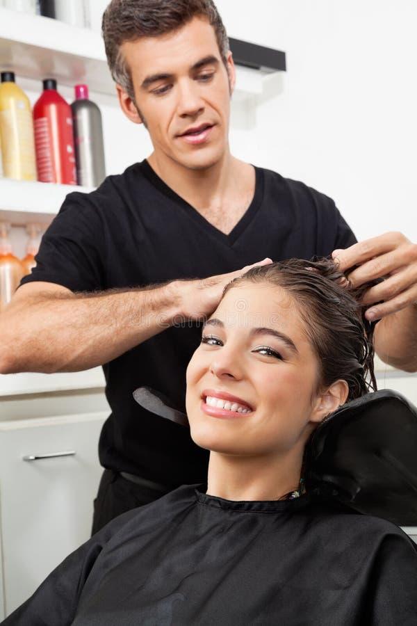 Żeński klient Ma Jej włosy Myjącego W salonie obrazy royalty free