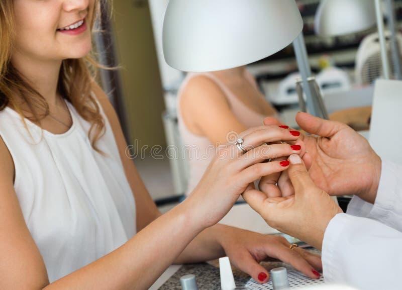 Żeński klient robi gwoździom w gwoździa salonie w zakończeniu fotografia royalty free