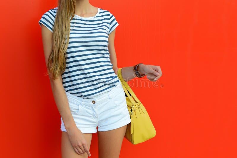 Żeński lato strój z krótkimi biel skrótami, pasiastą koszulką i skóry żółtą torbą, Piękny stan i fotografia stock