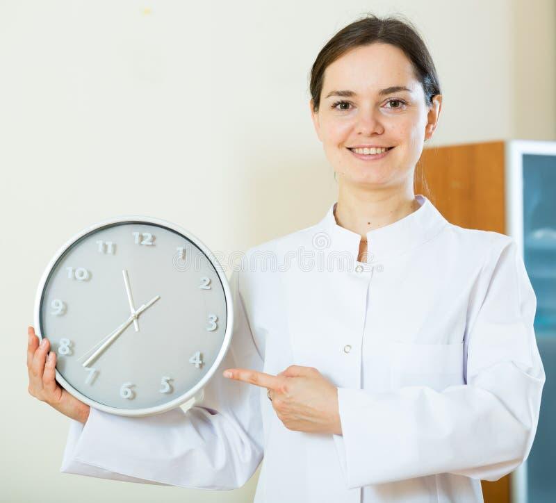 Żeński lekarz przypomina o czasie spotkanie zdjęcie royalty free