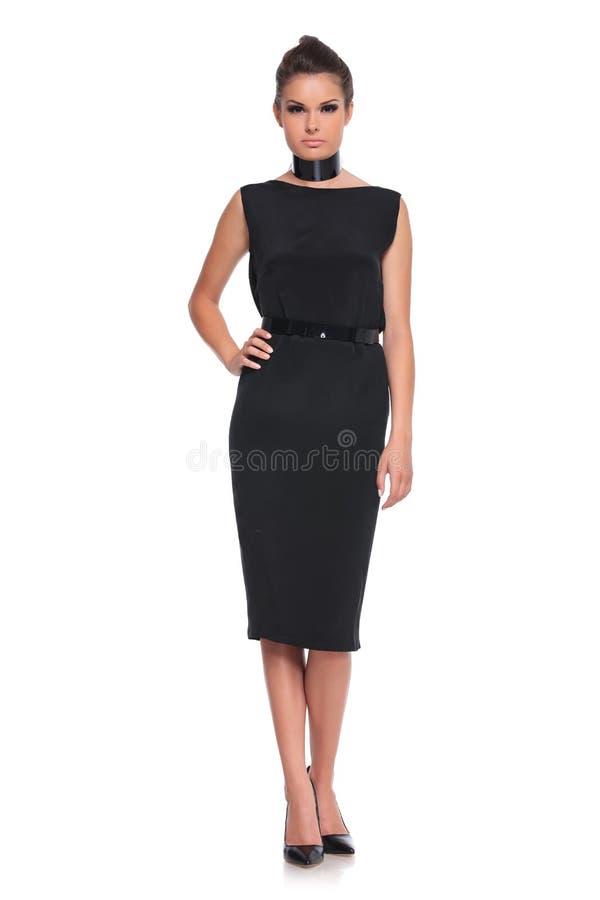 Żeński moda model w czerni sukni i szpilki butach obrazy royalty free