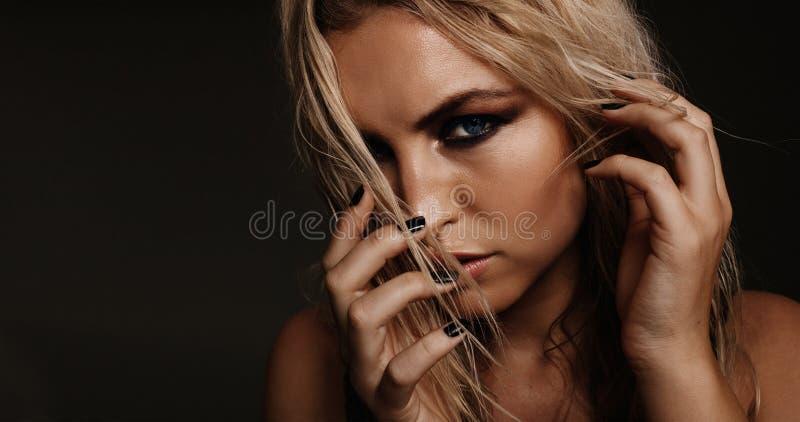 Żeński moda model z smokey oczami fotografia royalty free