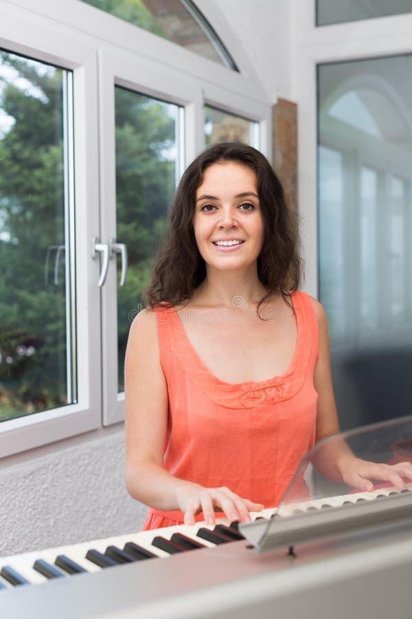 Żeński muzyk bawić się sekwenser zdjęcia royalty free