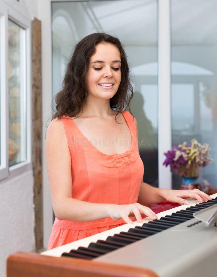 Żeński muzyk bawić się sekwenser obrazy stock