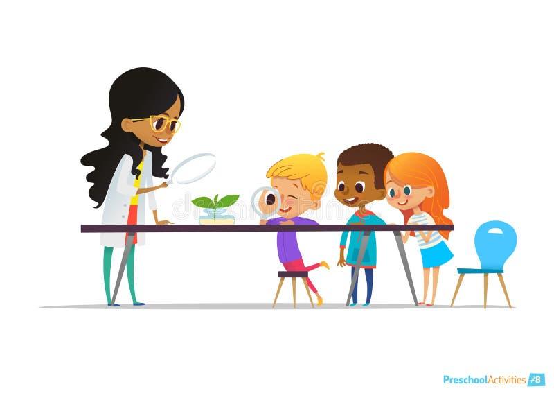 Żeński nauczyciel demonstruje rośliny w kolbie, dzieciaka spojrzenie przez magnifier przy nim podczas botaniki lekci preschool ilustracja wektor