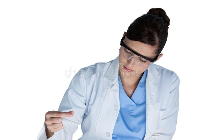 Żeński naukowiec prowadzi eksperyment zdjęcie stock