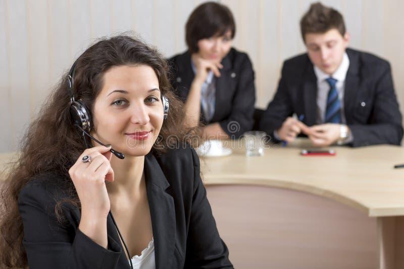 Download Żeński Obsługa Klienta Oficer Obraz Stock - Obraz złożonej z brunetka, headship: 57665453
