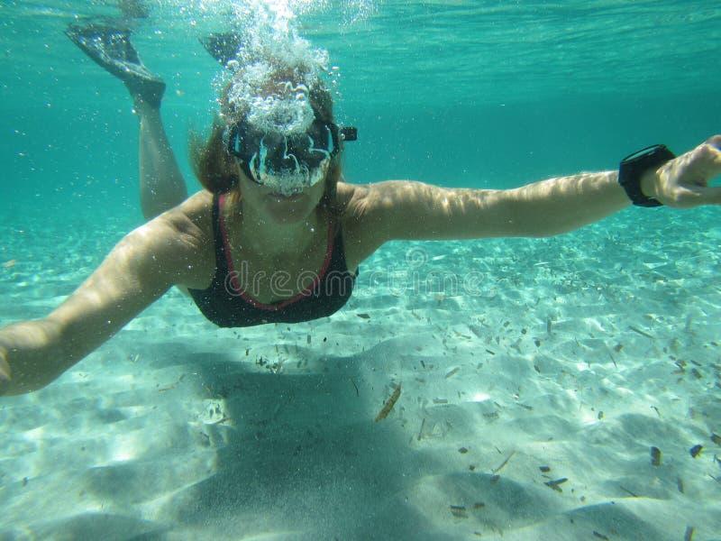 Żeński pływaczki dmuchanie gulgocze pod wodą zdjęcia royalty free