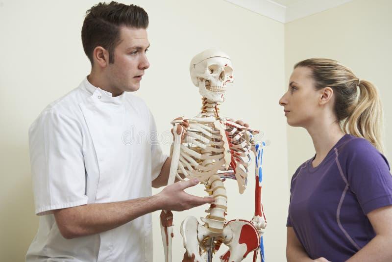 Żeński pacjent W konsultacji z Osteopath fotografia royalty free