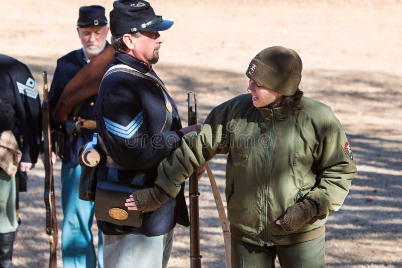 Żeński Parkowy leśniczy Wyjaśnia Zrzeszeniowego żołnierza mundur Przy ostrzał demonstracją obrazy royalty free