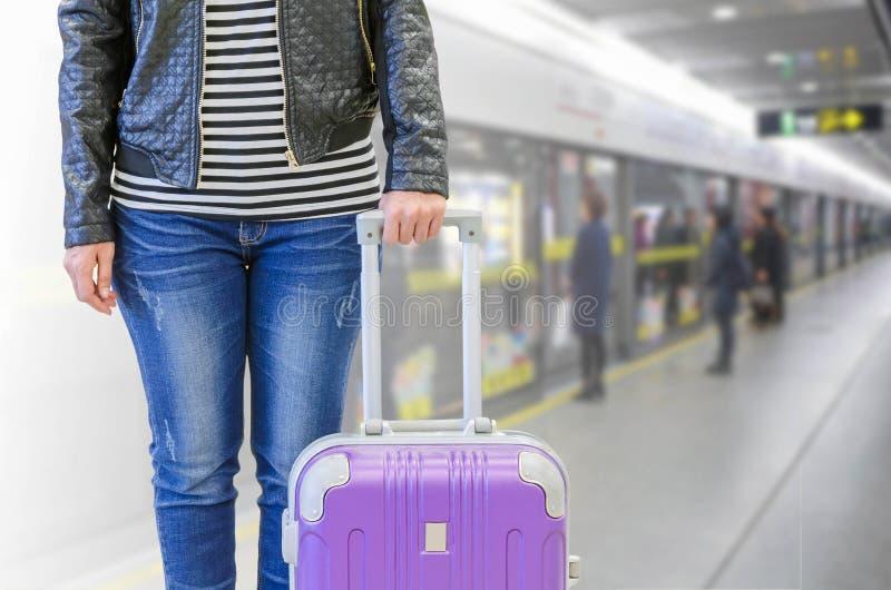Żeński pasażer przy stacją metru, podróży ubezpieczenia pojęcie obrazy stock