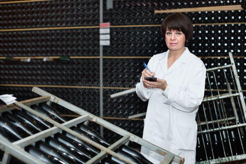 Żeński pracownik sprawdza drugorzędną fermentację obrazy stock