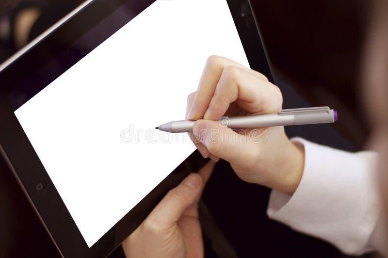 Żeński pracujący używa pastylka komputer, pióro & zdjęcie royalty free