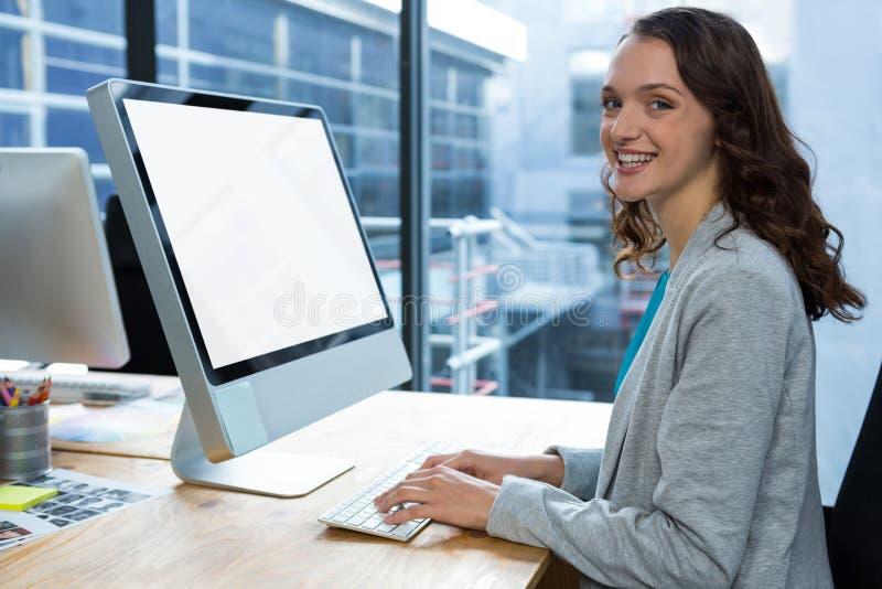 Żeński projektant grafik komputerowych pracuje nad komputerem przy biurkiem fotografia royalty free