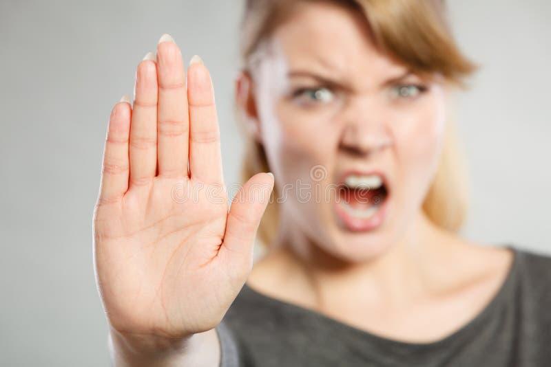 Żeński przedstawienie przerwy znak jej ręką obraz stock