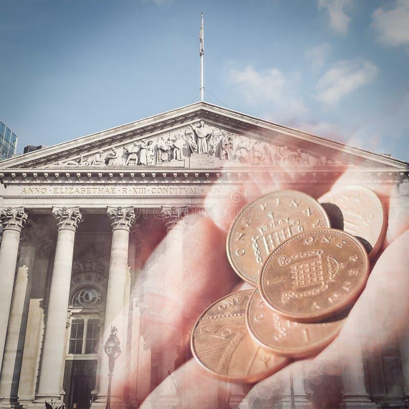Żeński ręka chwyt Pięć centów na fasadzie Królewscy Wekslowi półdupki fotografia royalty free