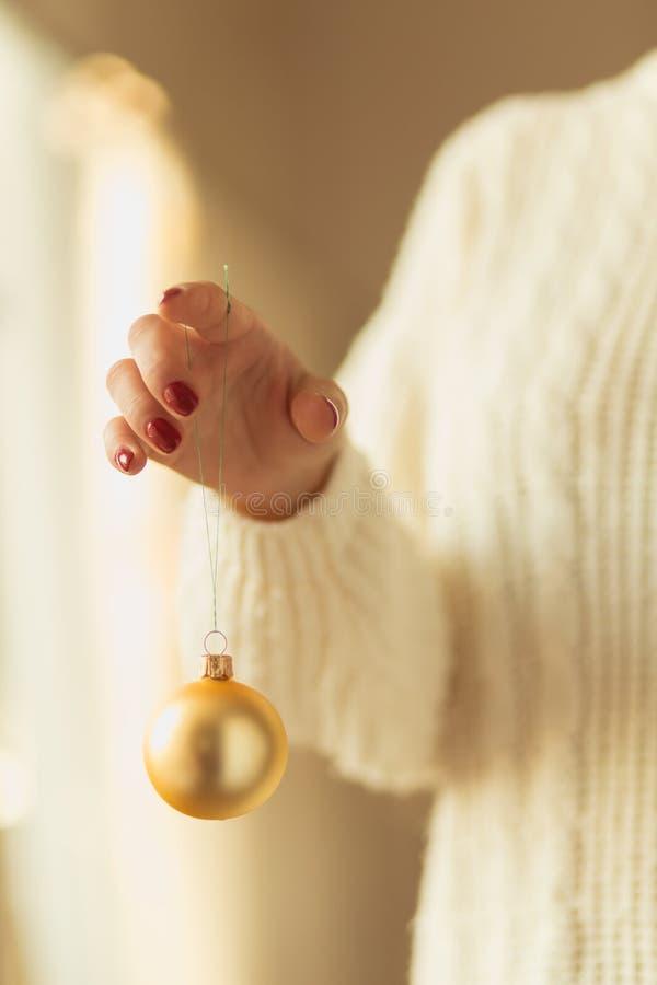 Żeński ręki mienia złota bauble zdjęcia stock