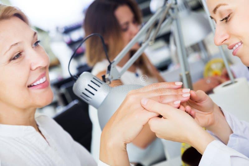 Żeński robi manicure zdjęcia royalty free