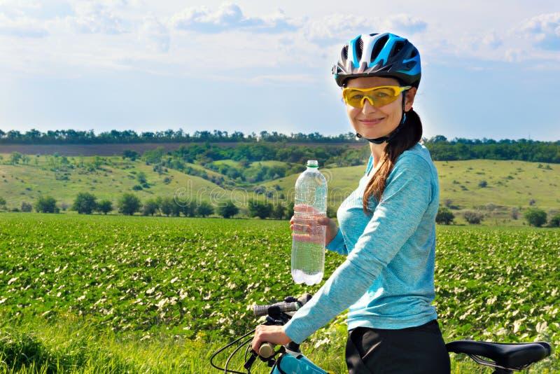 Żeński rowerzysta z bidonem fotografia stock