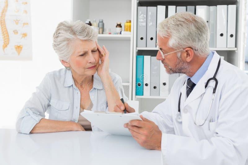 Żeński starszy pacjent odwiedza lekarkę obraz stock