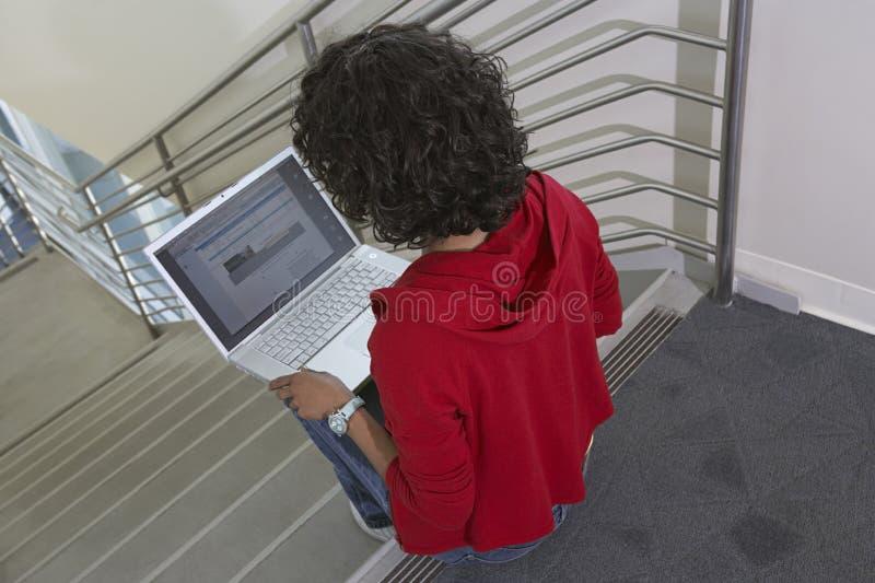 Żeński student collegu Używa laptop zdjęcie royalty free