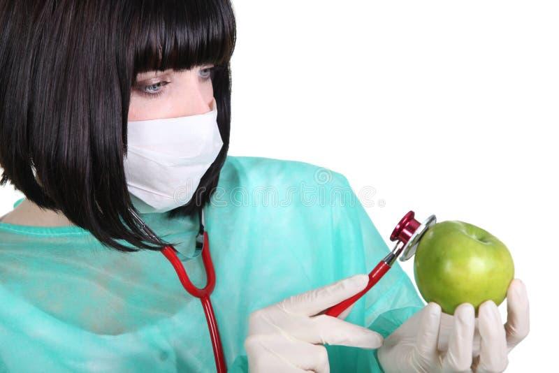 Żeński student medycyny sprawdza puls zdjęcia stock