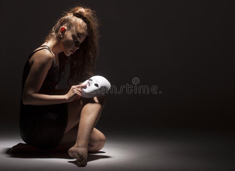 Żeński tancerz z maską fotografia stock