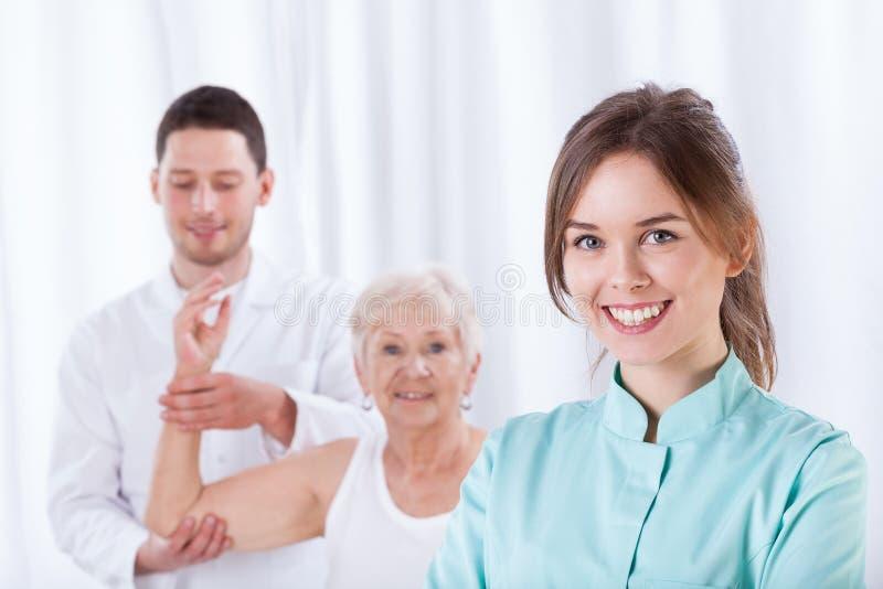 Żeński terapeuta ono uśmiecha się zdjęcie stock