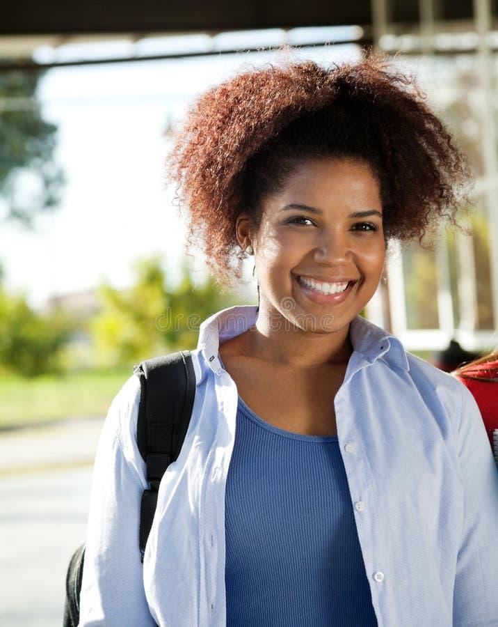 Żeński uczeń ono Uśmiecha się Na szkoła wyższa kampusie fotografia royalty free