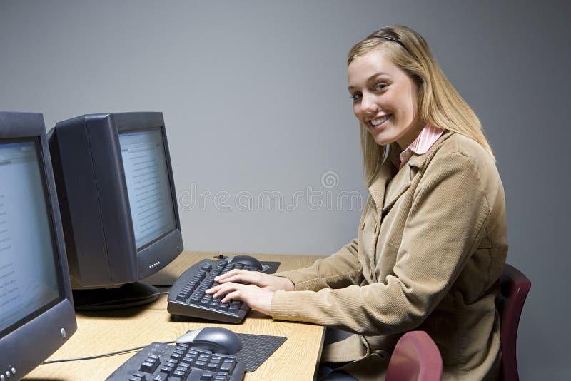 Żeński uczeń pracuje na komputerze obraz stock