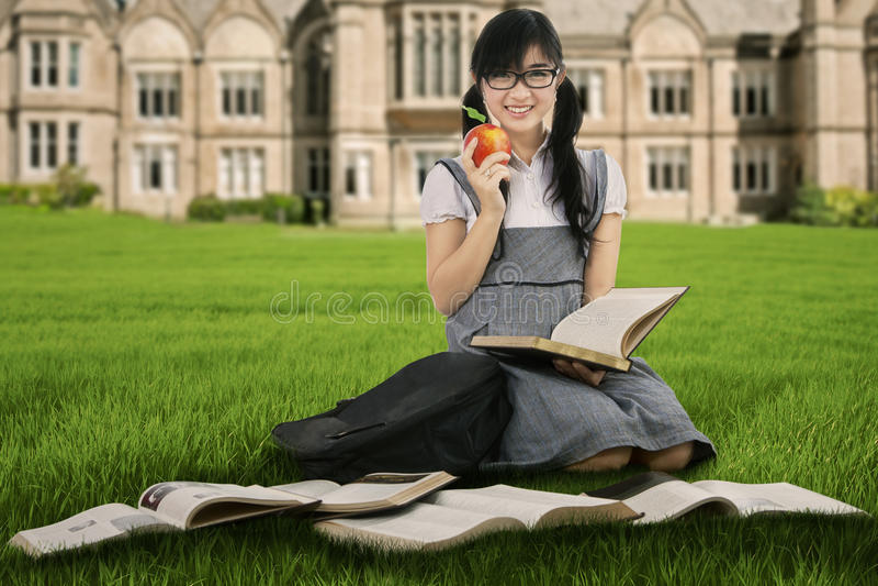 Żeński uczeń studiuje outdoors 1 obraz royalty free