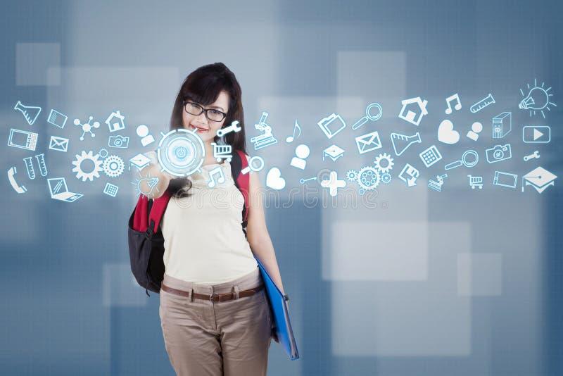 Żeński uczeń używa futurystycznego interfejs zdjęcia royalty free