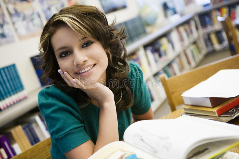Żeński uczeń Z książkami W bibliotece obraz stock