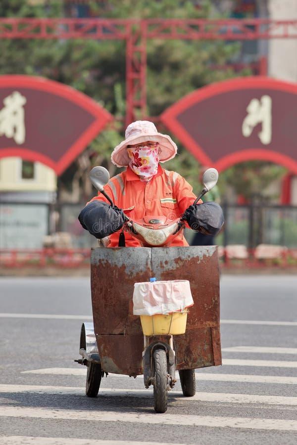 Żeński uliczny wymiatacz na trójkołowu w centrum miasta, Pekin, Chiny obrazy stock